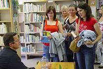 Autogramiáda Michala Viewegha  v bystřické knihovně.