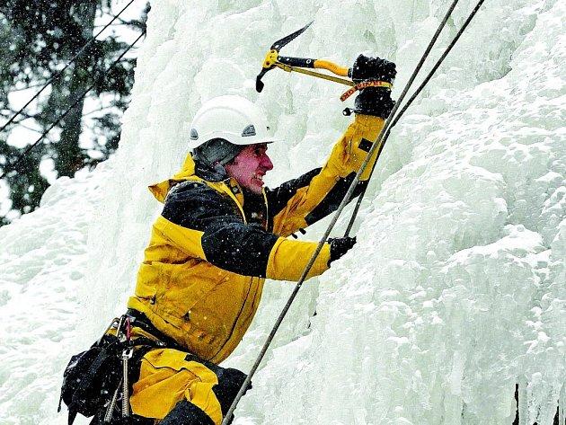 Skála ve Víru je jedinou uměle vytvořenou ledovou stěnou v Česku. Provozovatelům stačilo pět dní na to, aby naledovali čtyřicet metrů vysokou skálu naproti továrně Rotter ve Víru.  K vícviku stěnu využívají už i profesionální hasiči.