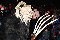 Průvod čertů-krampusů s hrůzostrašně vyhlížejícími maskami.