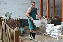 Lidé uklízejí po lokálních záplavách ve Svratce.