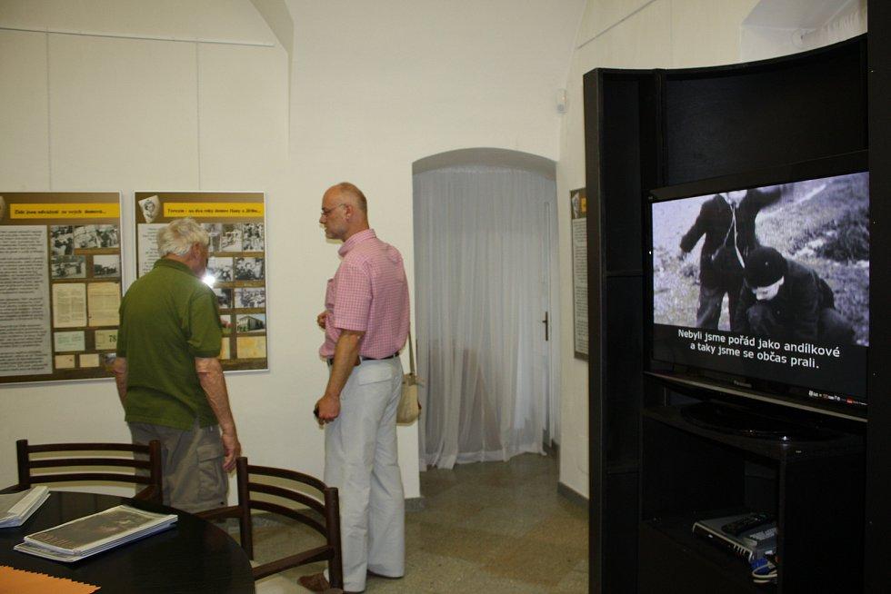 Jiří Brady při návštěvě výstavy Zmařené osudy, kterou inicioval tehdejší ředitel novoměstského domu dětí a kultury Lubomír Šula..