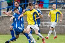 V prvním přátelském utkání letní přípravy doma fotbalisté Nové Vsi (ve žlutých dresech) nestačili na Žďár, jemuž podlehli vysoko 1:5.