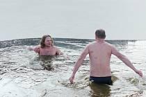 LEDOVÁ LÁZEŇ.  Tradiční novoroční koupání ve studené vodě je podle vírského starosty Ladislava Stalmacha (na archivním snímku vlevo) zdravé a nemá vliv na kvalitu pitné vody.