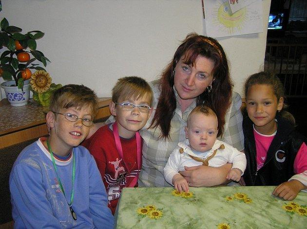 Marcela Dědová společně se svým manželem Daliborem v minulosti adoptovali tři děti – dnes jedenáctiletého Jakuba, o rok mladšího Ríšu a šestiletou Marcelku. Letos se jim ke třem adoptovaným dětem narodil syn Dalibor.