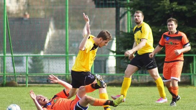 Autor vítězného gólu v Radešínské Svratce Jan Pohl (druhý zprava) přihlíží souboji svého spoluhráče. Rezerva Velké Bíteše vyhrála 3:0.