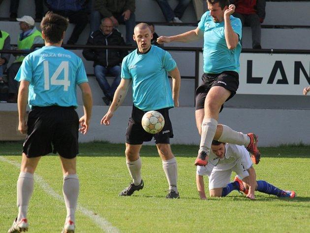 Jan Pohl (s míčem) má za sebou bohatou fotbalovou minulost v A-týmu Velké Bíteše. Nyní kope I. B třídu za rezervu, za níž nasázel v sedmi jarních kolech 14 gólů.