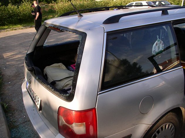Rozbité auto po útoku skupiny anarchistů.