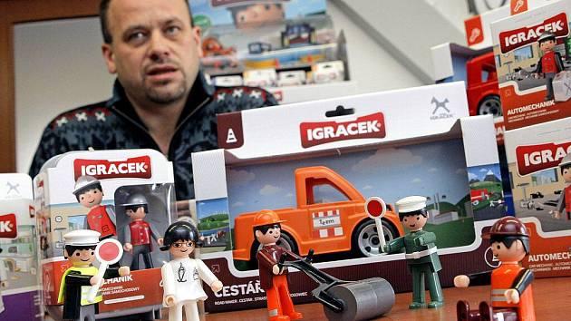 . Legendární téměř osmicentimetrová figurka Igráček, která provázela děti vsedmdesátých a osmdesátých letech minulého století, ozvláštnila letošní vánoční trh.