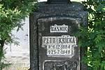 V Novém Městě na Moravě lze na katolickém a evangelickém hřbitově nalézt i hroby slavných osobností.