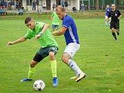 Fotbalisté Nové Vsi (v modrém) byli pro každého soupeře na podzim hodně těžkým soustem.