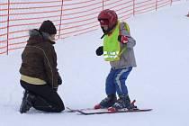Na sjezdovkách je nyní plno. Nejmenší si své první krůčky na lyžích zkoušejí nejčastěji za dozoru rodičů.