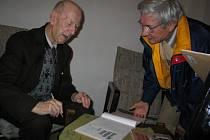 Vilém Frendl (vlevo) při křtu své knihy.