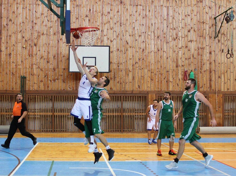Basketbalisty Žďáru nad Sázavou (v bílém) jakoby někdo pokropil živou vodou. Po čtvrté výhře  v řadě se posunuli už na 5. místo druholigové tabulky.