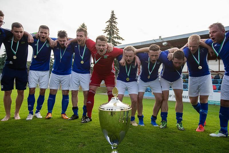 Ve finálovém klání letošního ročníku krajského poháru Vysočiny zdolali fotbalisté Nové Vsi (v modrých dresech) Rapotice (v zeleném) vysoko 6:2.