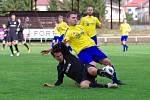 V nedělním divizním derby mezi fotbalisty Velké Bíteše (ve žlutých dresech) a Žďáru nad Sázavou (v černém) se zrodil nerozhodný výsledek.