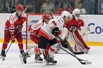 V předchozích dvou mistrovských utkáních letošní sezony proti Pelhřimovu (v červeném) se hokejisté žďárských Plamenů (v bílém) pokaždé radovali ze zisku tří bodů. Na tuto příznivou bilanci budou chtít navázat také zítra.