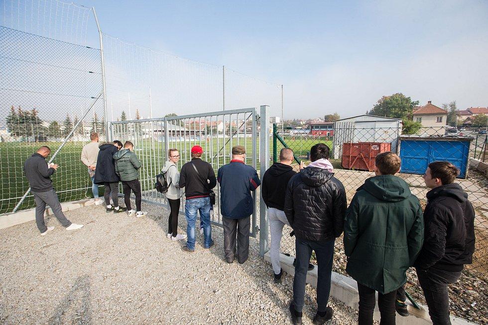 Sobotní utkání mezi fotbalisty Velkého Meziříčí a juniorkou Jihlavy mohli diváci sledovat pouze za plotem uzavřeného stadionu.