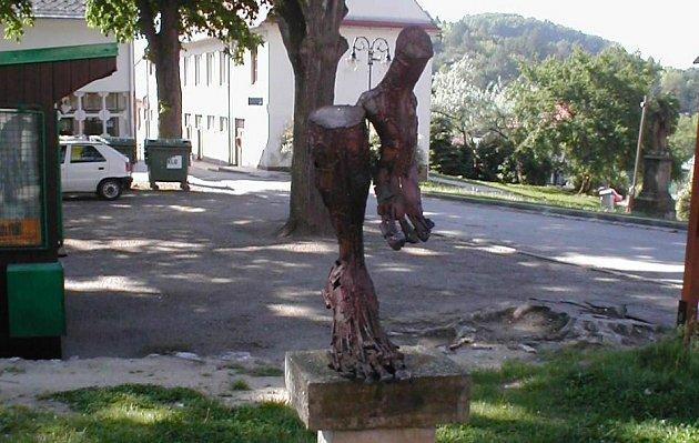 Turistická stezka začíná na náměstí v Lomnici.