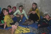 Hasičiský tábor Černá hora musel být v noci ze středy na čtvrtek evakuován kvůli stoupající hladině říčky Bobrůvky. Táborníci noc přečkali na slámě ve stodole v Mitrově.