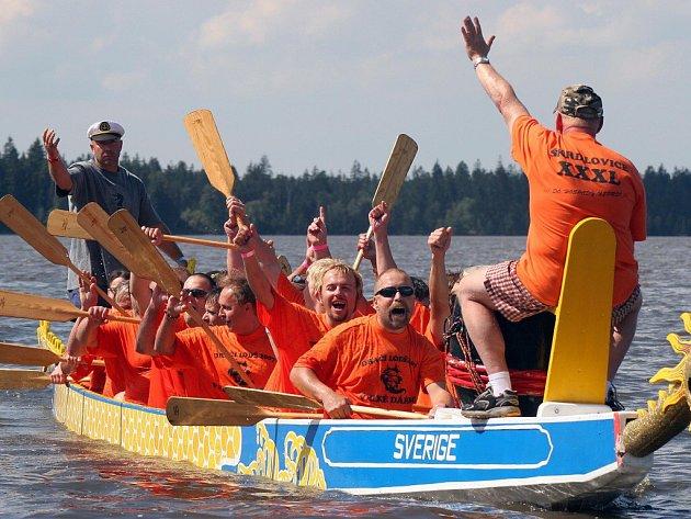 Hladinu Pilské nádrže rozčeří dračí lodě. Tradiční závod se ke Žďáru nad Sázavou přestěhoval z Velkého Dářka.