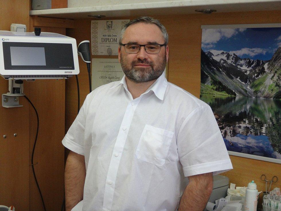 První lékařské podiatrické centrum registrované u odborné společnosti na Vysočině funguje v rámci ortopedické ambulance ortopeda Radka Černého v Poliklinice Žďár nad Sázavou.