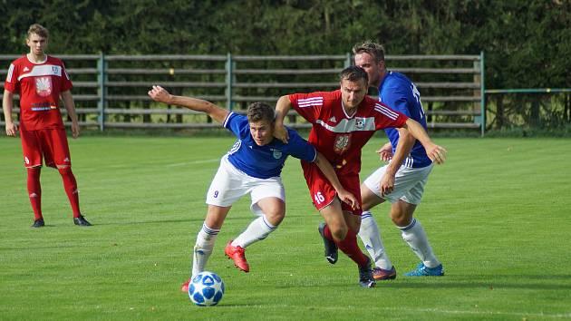 Na hráče Nové Vsi (v modrých dresech) čekají v letní přípravě čtyři utkání.