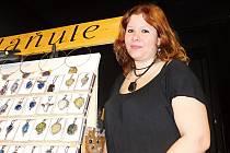 Jana Doskočilová, která vyrábí zejména letované šperky s polodrahokamy, do Nového Města na Moravě přijela z Nového Města nad Metují.