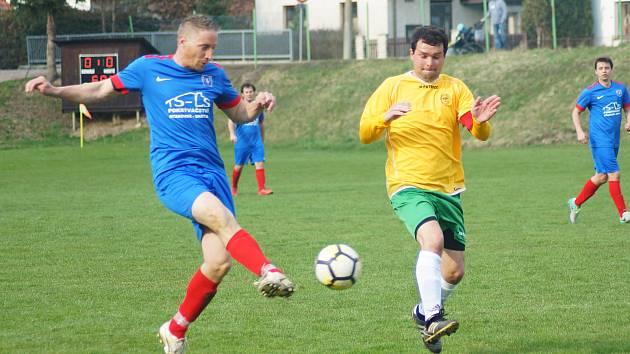 Jako na houpačce vypadalo nedělní utkání Radešínské Svratky (v modrém útočník Ivo Plhal) proti Budišovu.
