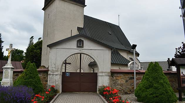 Hřbitov Bobrůvce se rozkládá okolo jednoho z nejstarších svatostánků v kraji.