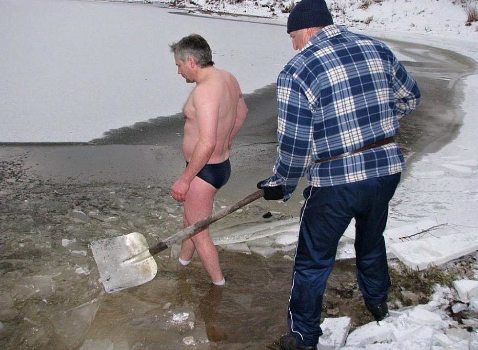 Starosta Víru po několik let bojoval o to, aby bylo v přehradě povoleno koupání novoročním ponoření do vírské nádrže.