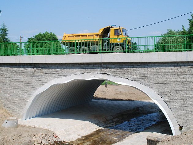 Rekonstrukce silnice mezi Chotěboří a Golčovým Jeníkovem přišla na více než dvě stě milionů korun. Most ve Vilémově opravovala firma Bögl & Krýsl.