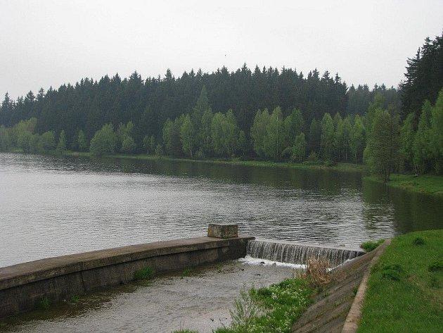 Letošní rekreační sezona u Domanínského rybníka bude i s koupáním. Odbahněný rybník je už plný vody.