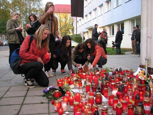 Studenti po tragédii vytvořili před žďárskou obchodní školou pietní místo.