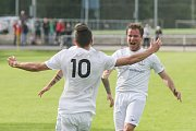 Pouťové derby mezi domácím Žďárem nad Sázavou (v bílém)  a Velkou Bíteší bylo rozhodnuté již po pětačtyřiceti minutách. FC Žďas vedl v poločase už 3:0, po změně stran pak přidal ještě další dvě branky.