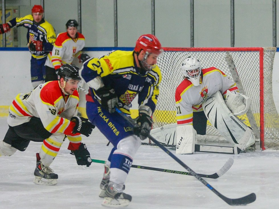 Hokejisté Velké Bíteše (v modrém) sice nastoupili na ledě Kroměříže v hodně oslabené sestavě, přesto ještě dvě minuty před třetí sirénou vedli o dvě branky. Domácí však ještě dokázali vyrovnat a úspěšnější byli také v nájezdech.
