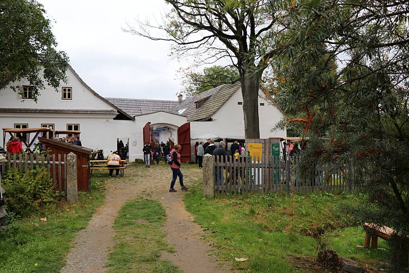 Pestrý výběr nejrůznějších řemeslných výrobků sváděl návštěvníky k nákupu.