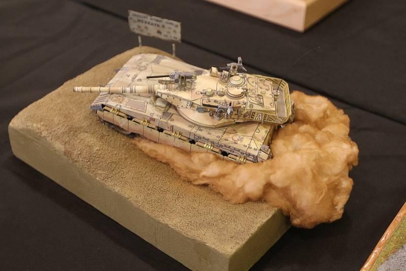 Vyrobit tank včetně zvířeného prachu za ním není pro zručného modeláře neřešitelný problém.