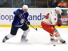 Hokejisté Žďáru nad Sázavou (v bílém) doma zdolali v úvodním utkání čtvrtfinálové série play-off II. ligy Kolín (v modrém) 6:2.