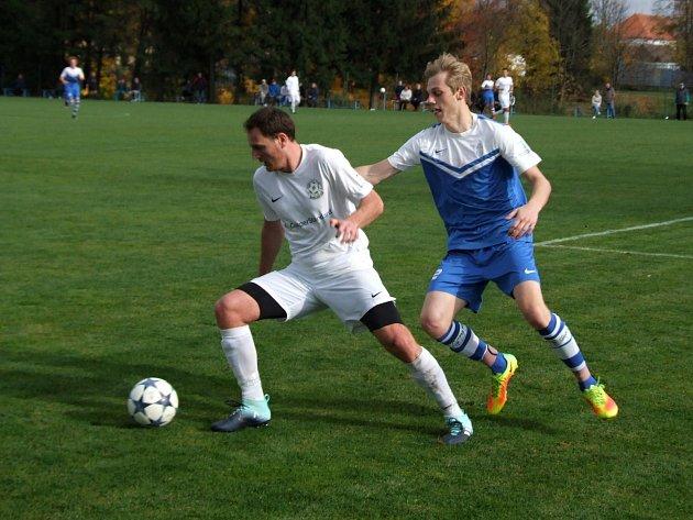 Hráči rezervy FC Žďas (v bílém stoper Petr Machatka) doma podlehli v jarní generálce Ledči nad Sázavou 0:3.