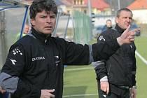 Poslední květnový den se třetiligových fotbalistů Nového Města na Moravě ujme trenér Pavel Procházka (vpředu).
