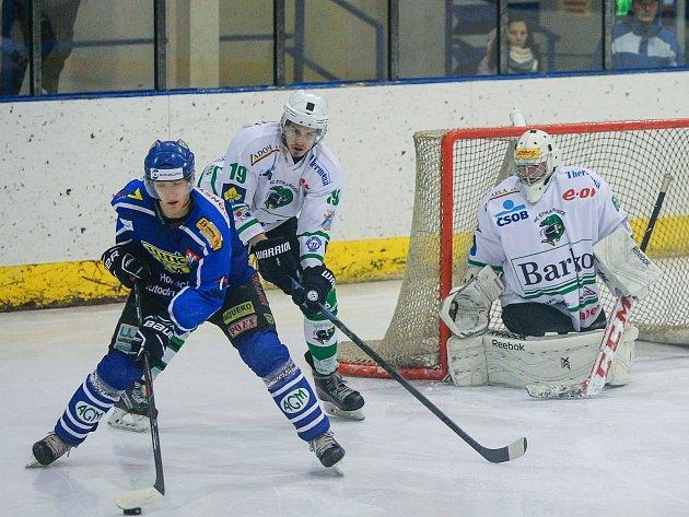 V prvním kole Velké Meziříčí (v modrém) osmi brankami deklasovalo Uničov, o dva týdny později odjela z ledu Horáckého hokejového klubu s devíti góly Kroměříž.