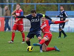Kapitán Vrchoviny Lukáš Michal (v modrém) si se svými spoluhráči v příští sezoně zahraje MSFL. Ještě před zápasem Nového Města s Třebíčí o tom rozhodla další ztráta druhého Žďáru, po které už Vrchovina nemůže být předstižena.