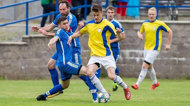 Do jarního semifinále krajského poháru se probojovali rovněž fotbalisté Nové Vsi (ve žlutých dresech). Stařeč zdolali na její půdě jasně 4:1.
