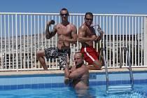 V bazénu pózuje Petr Gregor (uprostřed), Miloš Černý (vpravo) a Stanislav Dykast (vlevo), jenž skončil třetí ve full contactu ve váze do 81 kilogramů.