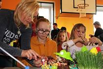Velikonoční dekorace vlastnoručně vyrobená je pro svého autora mnohem cennější než kupovaný výrobek. Děti i dospělí si v Radňovicích užívali tvořivé dílny.