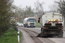 Mezi Žďárem a Novým Městem se na několika úsecích jezdí kyvadlově kvůli frézování svrchního povrchu vozovky. Silnice se opravuje v rámci reklamace, již rok po původní opravě začala vykazovat vady.