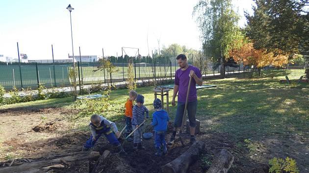 Děti i rodiče se pustili do zvelebování zahrady u mateřské školky