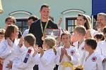 """O další hvězdu se rozrostl Bítešský chodník slávy před restaurací U Raušů. Svoji """"dlaždici"""" získal olympijský vítěz v judu z Ria de Janeira Lukáš Krpálek."""