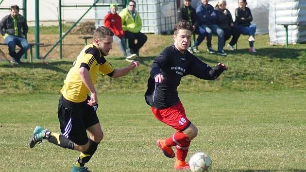 V nedělním derby 16. kola východní skupiny I. A třídy mezi fotbalisty Moravce (ve žlutých dresech) a juniorky Vrchoviny (v červeno-modrém) viděli diváci čtyři branky.