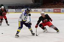 Hokejisté Šumperku (v bílém) nasázeli Plamenům (v černém) osm branek.